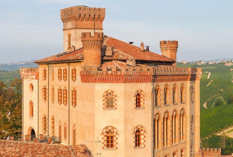Barolo slott, Piedmont, nordliga Italien, med guld- solnedgångligh royaltyfri foto