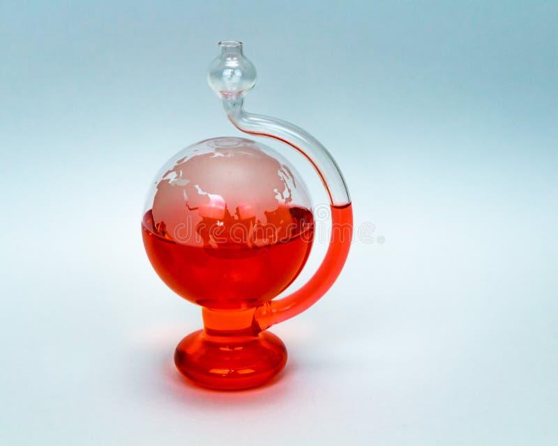 Barometro del globo di Weatherglass isolato sull'acqua rossa del fondo bianco fotografia stock