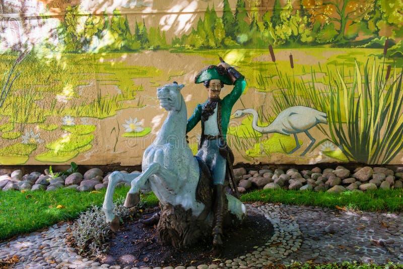 Baron Munchausen zieht sich und das Pferd den Sumpf heraus lizenzfreies stockfoto