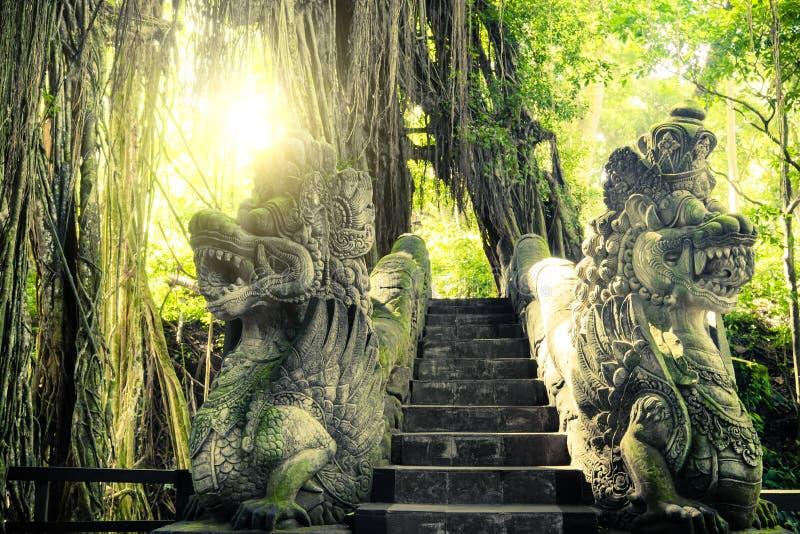 Barong在猴子森林巴厘岛,印度尼西亚的狮子桥梁 免版税库存照片