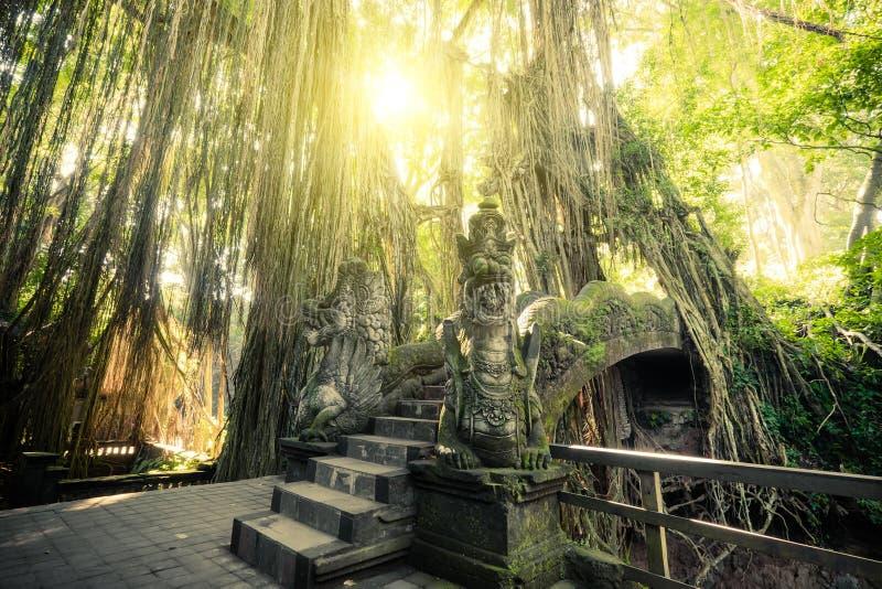 Barong在猴子森林巴厘岛,印度尼西亚的狮子桥梁 图库摄影