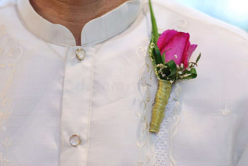 Barong Tagalog mit rosafarbenem Corsage an der Hochzeit lizenzfreie stockfotografie