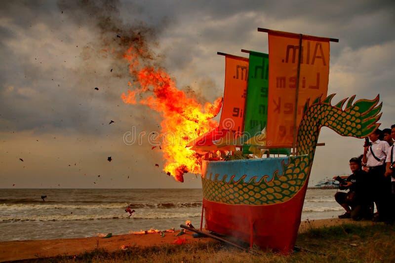 Barongsai och drakefartygbränning arkivfoto