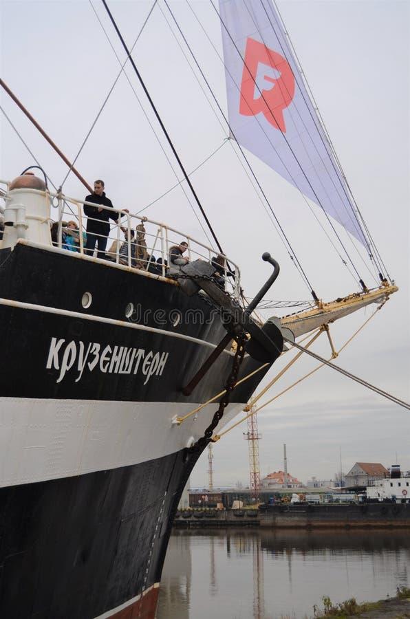 Barque de Kruzenshtern en automne, le port à Kaliningrad, Russie photos stock