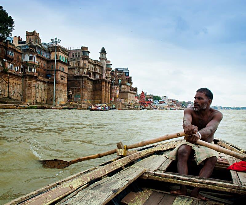 Barqueiro autêntico no rio Ganges, Varanasi, Índia. fotografia de stock royalty free