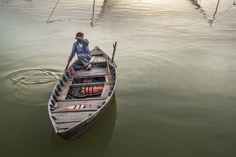 Barqueiro no rio em Hoian, Vietname imagem de stock