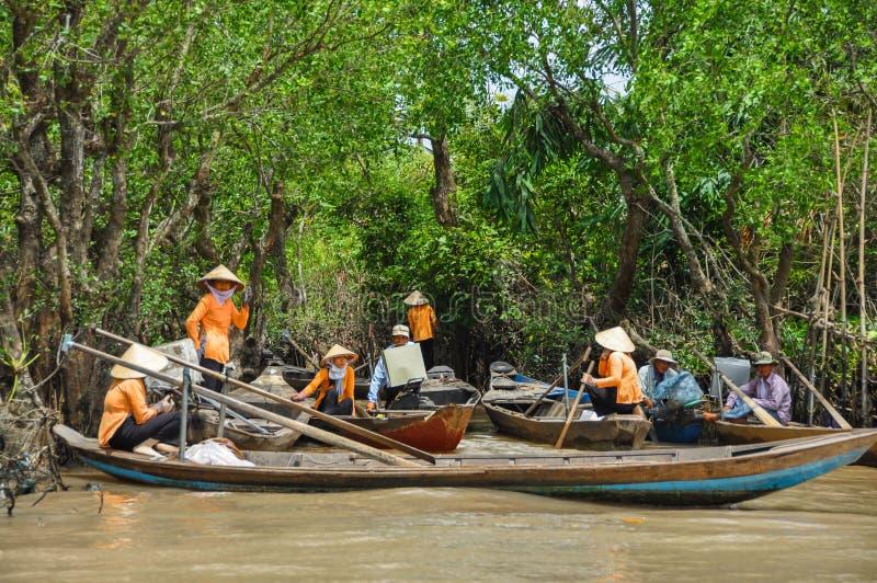 Barqueros vietnamitas en el río imagen de archivo libre de regalías