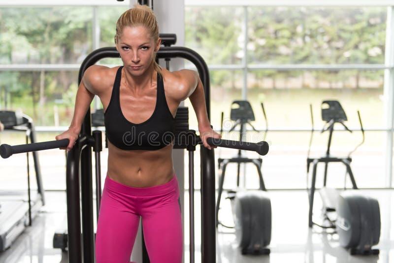 Barr övning för triceps och bröstkorg arkivbild