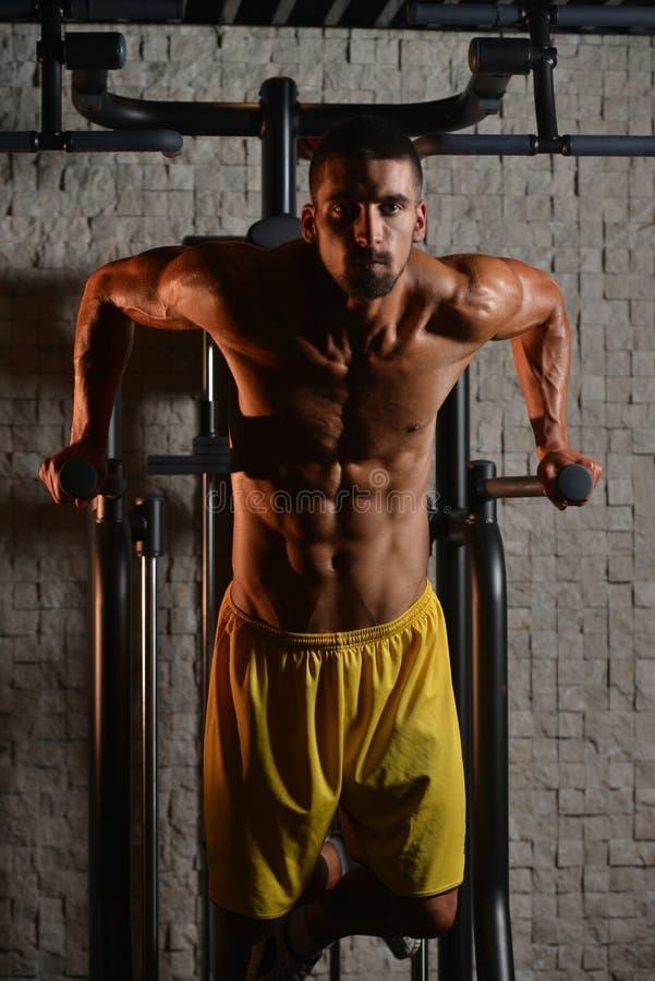 Barr övning för triceps och bröstkorg arkivfoton