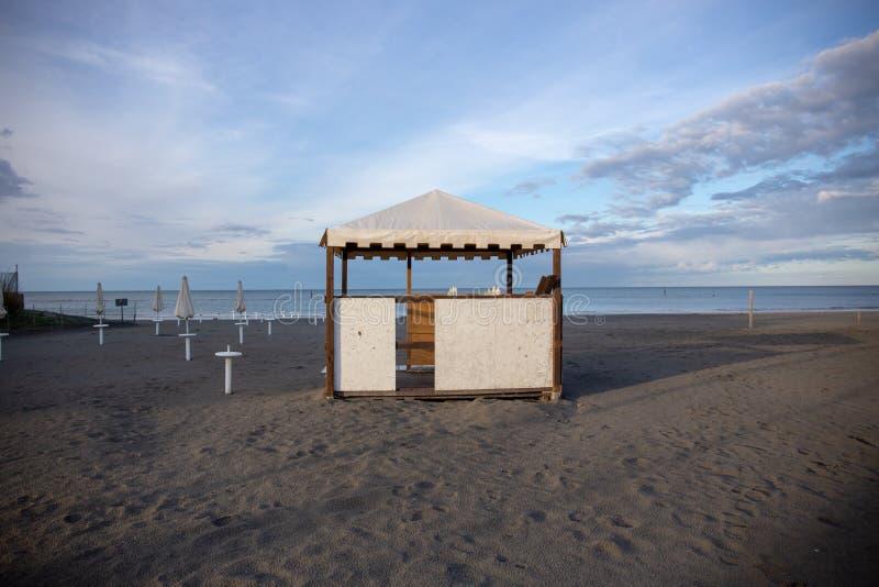 Barra abandonada de la playa en playa italiana: la estación no todavía comenzó fotos de archivo libres de regalías