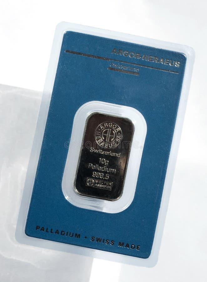 Barra acuñada del paladio que pesa 10 gramos sellados en el empaquetado inalterable El lingote de Palladium en paquete de ampolla imagen de archivo