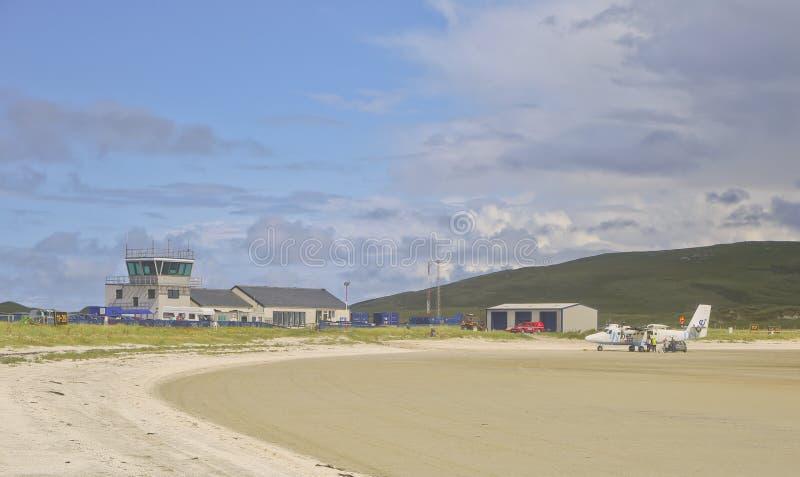Barra Airport Showing Beach i förgrund arkivfoto