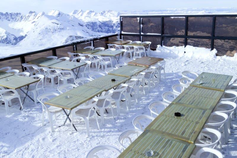 Barra alpina dello sci ai pendii di sci superiori con panorama della montagna fotografia stock