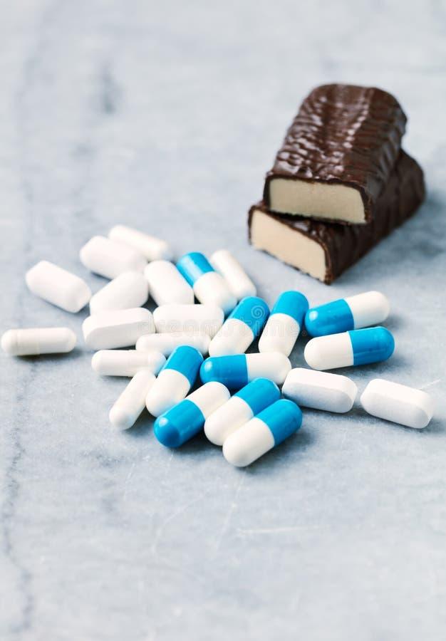 Barra, capsule del malato della Tri creatina e dell'arginina e aminoacidi ad alta percentuale proteica di BCAA fotografia stock