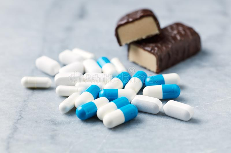 Barra, capsule del malato della Tri creatina e dell'arginina e aminoacidi ad alta percentuale proteica di BCAA immagini stock libere da diritti