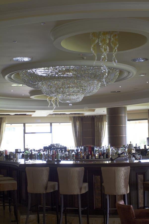 Barra con una lámpara hermosa grande en el pasillo del hotel fotografía de archivo libre de regalías