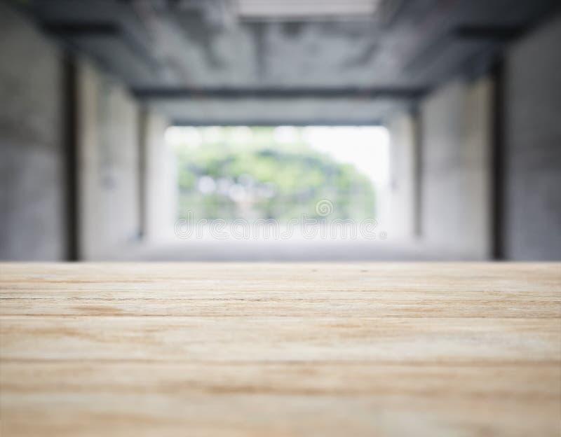 Barra contrária do tampo da mesa com fundo interior do espaço do sótão fotografia de stock