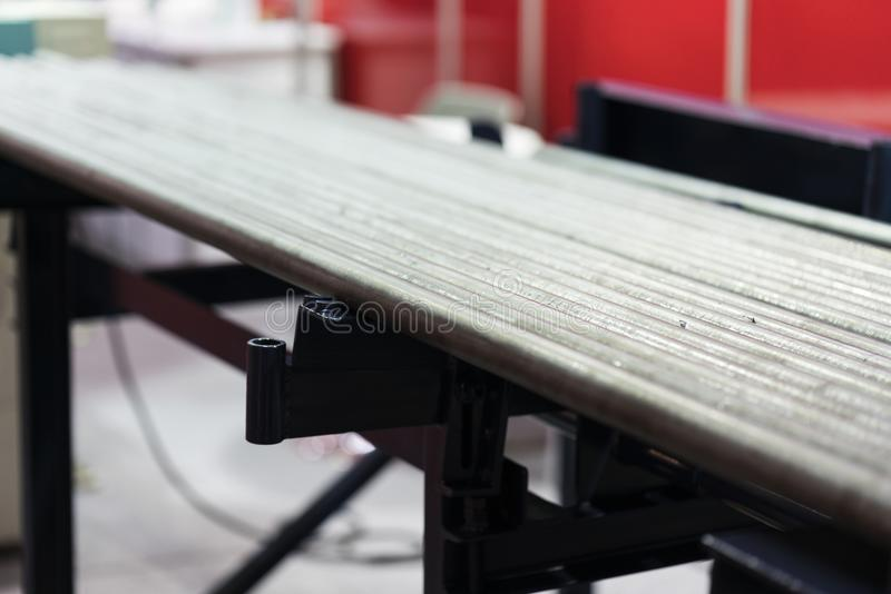 Barra d'acciaio dell'alimentatore automatico per lavorare dal tornio di CNC immagini stock libere da diritti