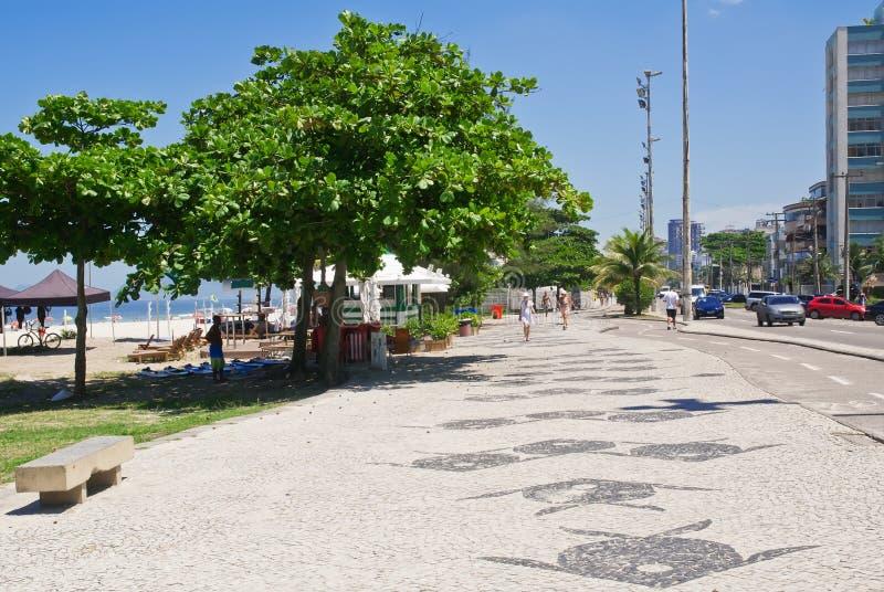Barra da Tijuca边路海滩和马赛克看法与棕榈的  库存图片