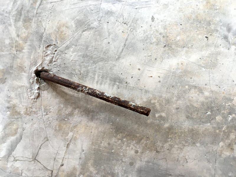 Barra de aço da oxidação para aparecer da parede do cimento após a construção civil foto de stock royalty free
