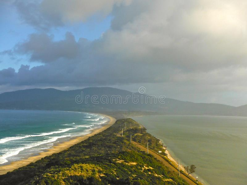 Barra de areia da ilha de Bruny que liga a ilha fotografia de stock