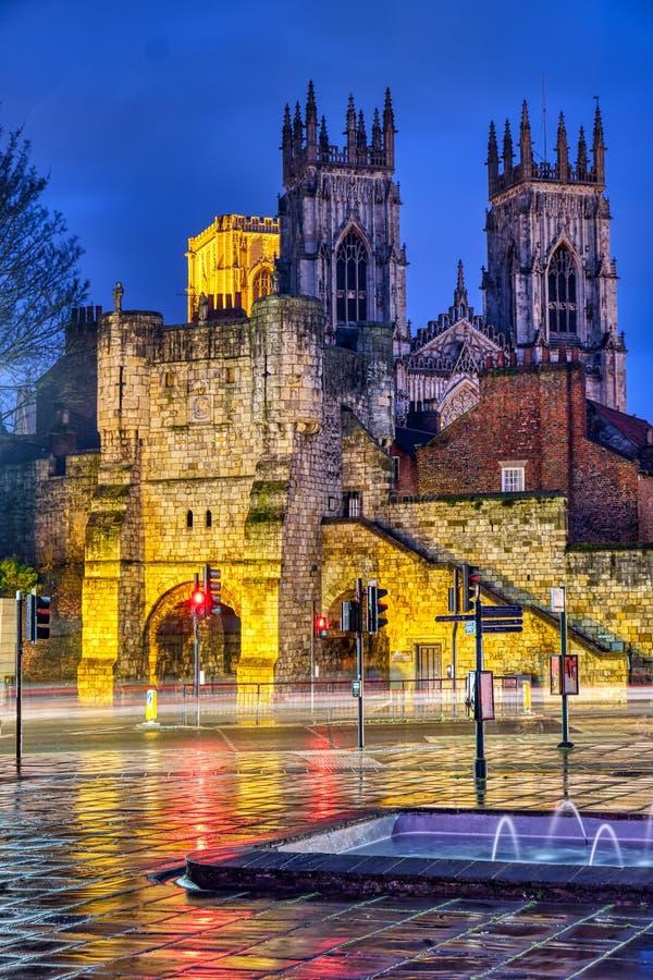 A barra de Bootham da porta da cidade e a igreja famosa de York fotografia de stock