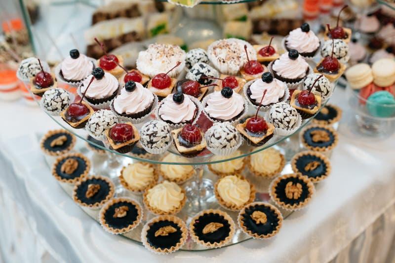 Barra de caramelo adornada deliciosa, dulces en las tablas para la recepción nupcial imagen de archivo