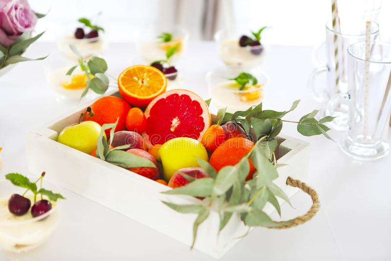 Barra de caramelo con la torta, el tiramisu, el cotta del panna y la fruta cítrica Cumpleaños fotografía de archivo libre de regalías