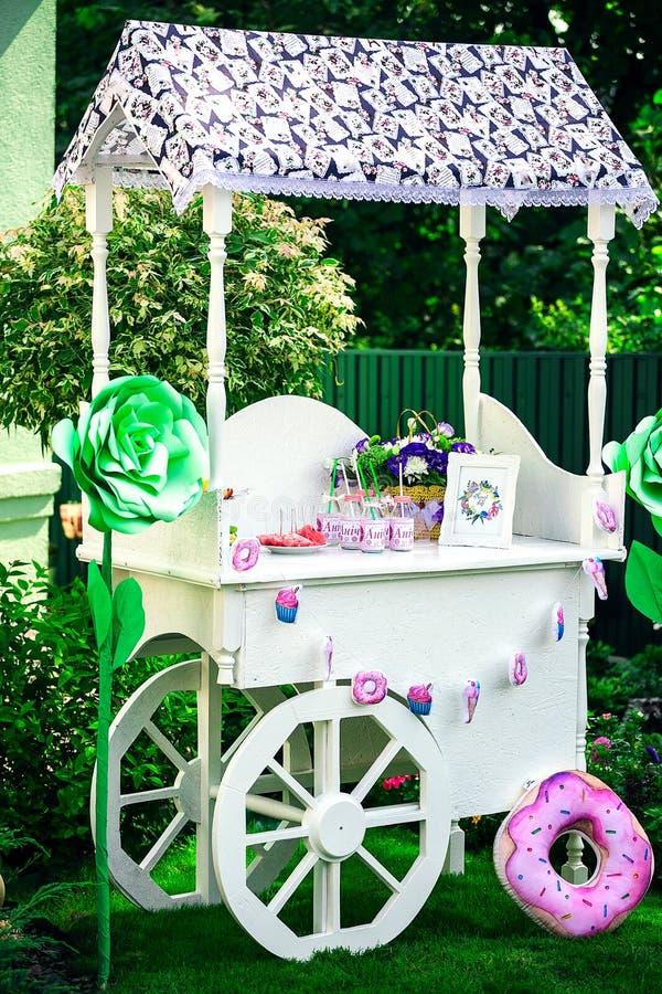 Barra de caramelo Decoración para el ` s del bebé o la fiesta de cumpleaños del ` s del niño toldo de madera con las ruedas para  imágenes de archivo libres de regalías
