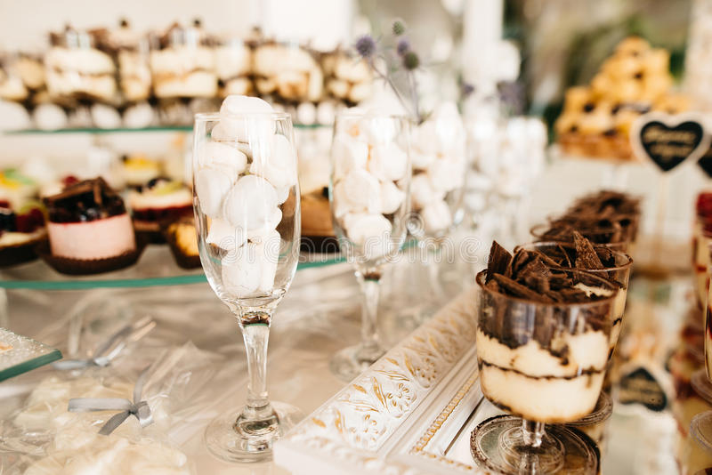 Barra de caramelo deliciosa de la recepción nupcial fotos de archivo