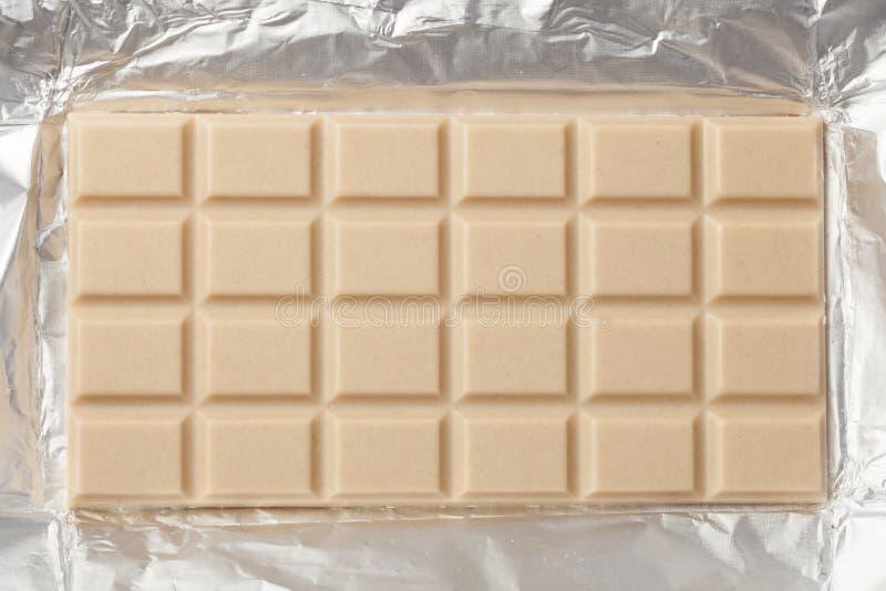 Barra de chocolate branca no empacotamento fotos de stock