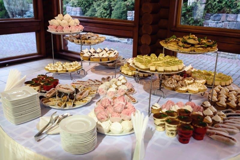 Barra de chocolate decorada deliciosa, doces em tabelas para o rece do casamento imagem de stock royalty free
