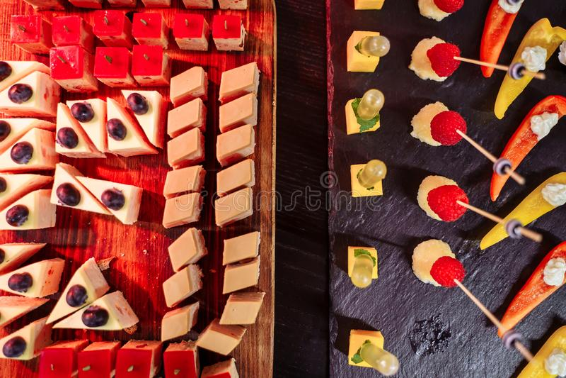 Barra de chocolate decorada deliciosa, doces em uma tabela de bufete em um evento luxuoso ou celebração Alimento da restauração fotografia de stock