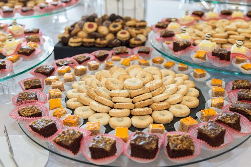Barra de chocolate decorada deliciosa, doces em uma tabela de bufete em um evento luxuoso ou celebração Alimento da restauração foto de stock royalty free