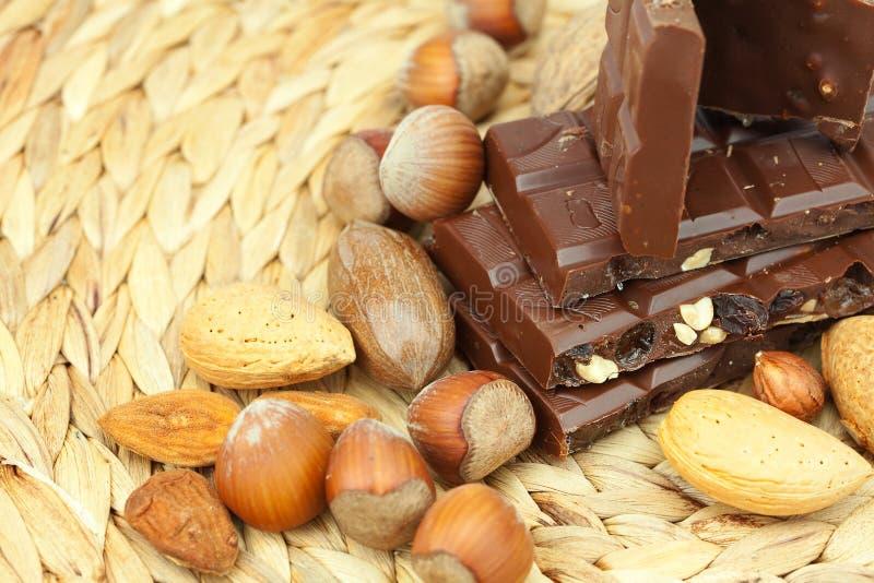 Barra de chocolate e de porcas imagem de stock