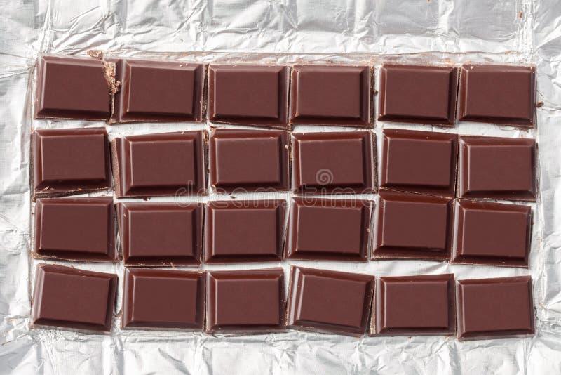 Barra de chocolate esmagada no empacotamento imagem de stock