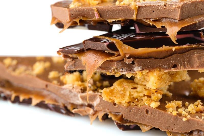Barra de chocolate feito a mão luxuosa com fil da migalha e do caramelo do biscoito fotografia de stock