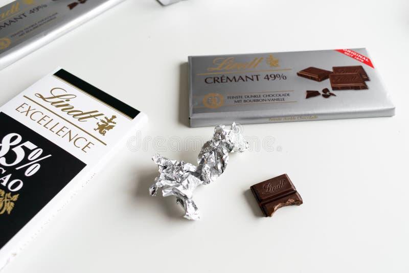 Barra de chocolate de Lindt Crémant el 49%, excelencia, cacao del 85%, oscuridad rica fotografía de archivo
