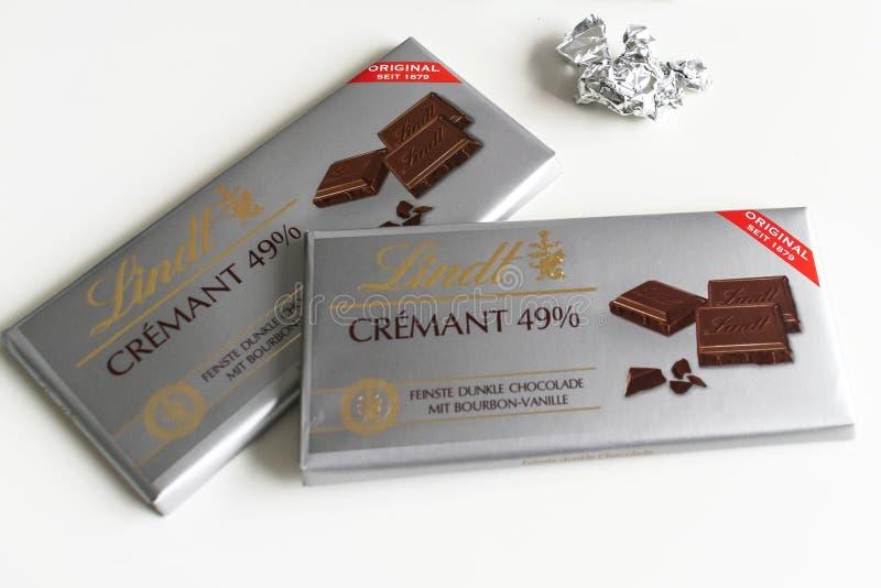 Barra de chocolate de Lindt _Crémant 49%, excelencia, 85% cacao, rico oscuro fotos de archivo