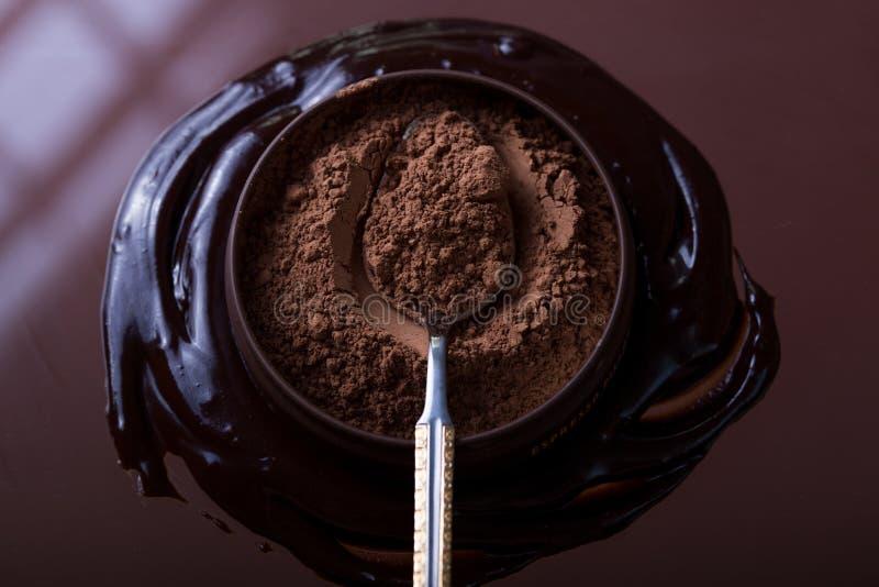 Barra de chocolate no fundo escuro Vista superior imagem de stock