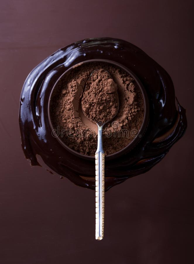 Barra de chocolate no fundo escuro Vista superior foto de stock royalty free