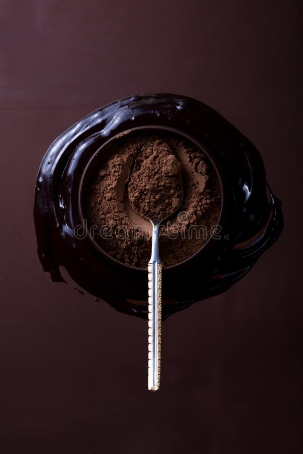 Barra de chocolate no fundo escuro Vista superior fotografia de stock