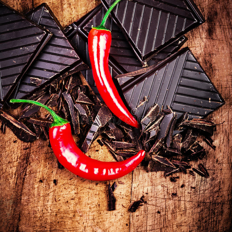 Barra de chocolate picante no close up de madeira do fundo. fotografia de stock