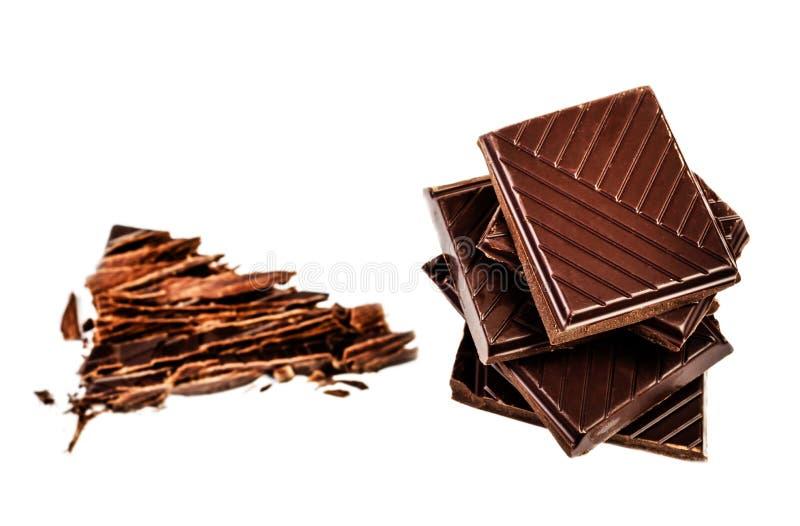 Barra de chocolate quebrada do leite isolada no fundo branco imagens de stock royalty free