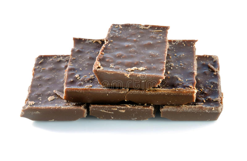 Barra de chocolate quebrada do leite isolada no fundo branco fotos de stock royalty free