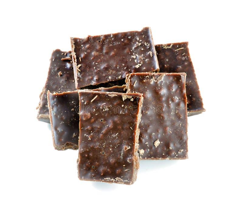Barra de chocolate quebrada do leite no fundo branco fotos de stock