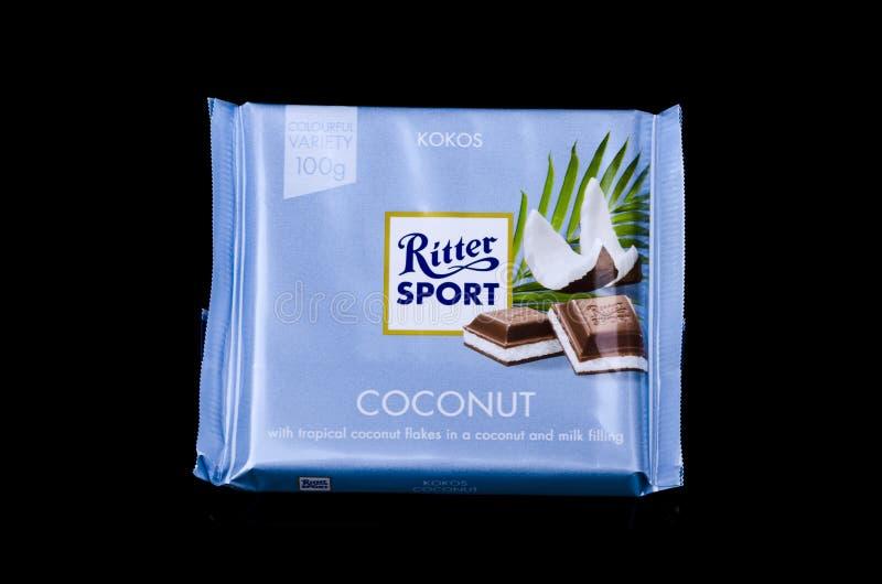 Barra de chocolate Ritter Sport aislada en un fondo oscuro fotografía de archivo