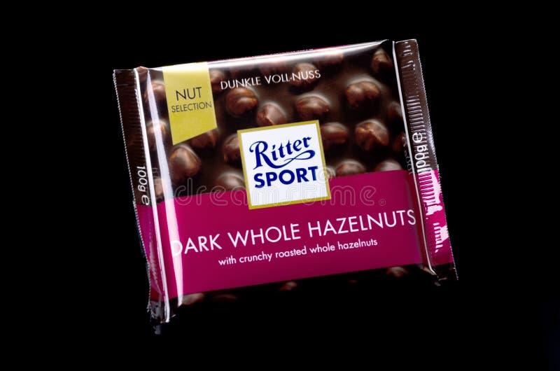 Barra de chocolate Ritter Sport aislada en un fondo oscuro imagenes de archivo