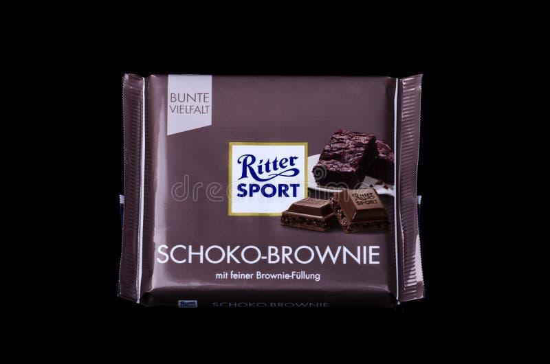 Barra de chocolate Ritter Sport aislada en un fondo oscuro fotografía de archivo libre de regalías