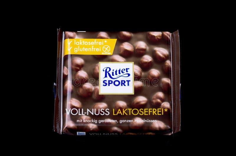 Barra de chocolate Ritter Sport aislada en un fondo oscuro foto de archivo libre de regalías